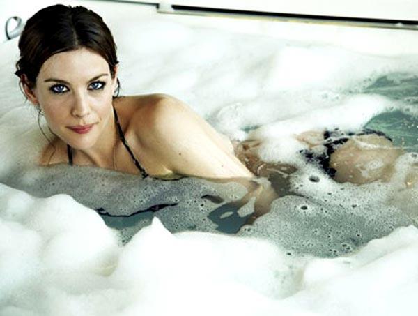 Küvetlerin seksi fotoğraf kareleri ve film sahnelerinde her zaman yeri olmuştur; bu da ünlü isimleri köpükler içinde görmemiz için fırsat yaratıyor…  Liv Tyler