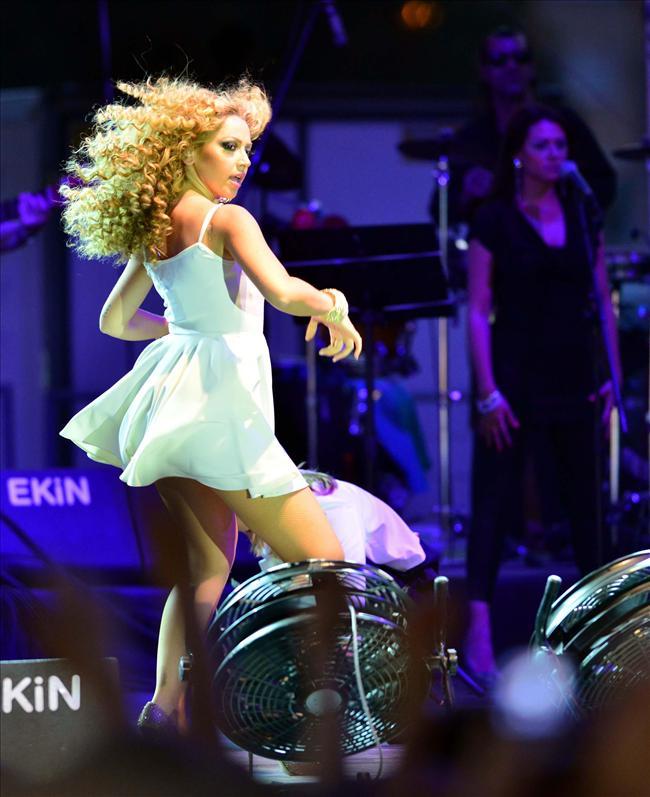 Türk pop müziğinin sevilen yıldızı Hadise, Manisa konserinde hem coştu hem de sevenlerini coşturdu.  Halk konserinde hayranlarına adete şov yaparak, unutulmaz dakikalar yaşatan Hadise'nin giydiği kıyafet ve dansı geceye damgasını vurdu.