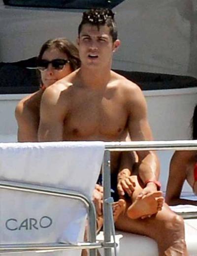 Ancak sonra Ronaldo'nun çapkınlık turlarına başladığı ve çiftin arasının bozulduğu haberleri basına yansıdı.
