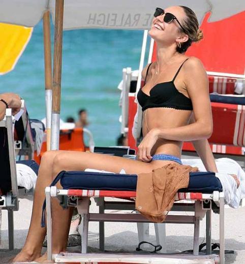 Nicoli, bazen iş görüşmelerine gittiğinde Swanepoel sahilde yalnız başına vakit geçiriyor.