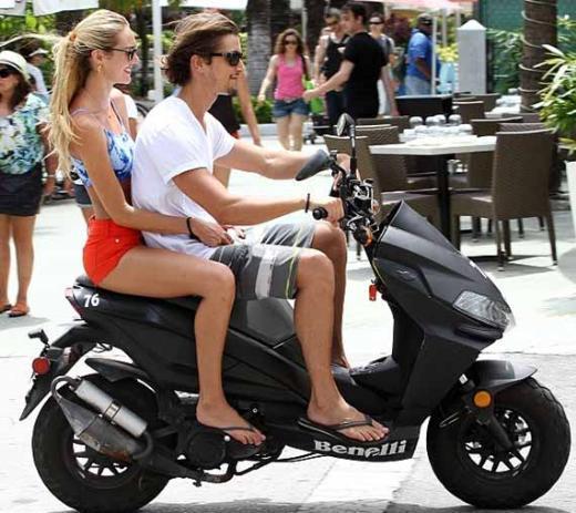 Çift kimi zaman da motosikletlerine atlayıp tura çıkıyor.