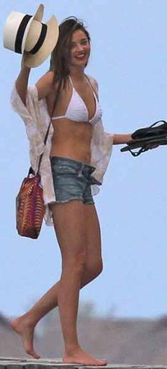 RÜYA GİBİ BORA BORA TATİLİ  Miranda Kerr ve eşi Orlando Bloom bu yıl tatile biraz erken çıktı.