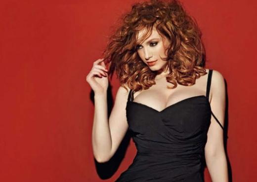 Kızıl saçları, uzun boyu ve en çok da kvrımlı hatlarıyla dikkat çekiyor.