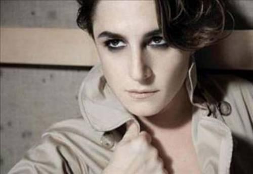 Fatmagül'ün Suçu Ne dizisiyle yıldızı parlayan Esra Dermancıoğlu'nun öyküsü ise biraz daha farklı. Onun oyuncu olmasını istemeyen annesi ya da babası değil bir süre önce boşandığı eşi.