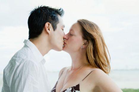 Yanlış 1:  Öpüşmek ve sarılmanın sonucu yataktır  Hayır, bu düşünce yanlış! Yapılan araştırmalar gösteriyor ki erkekler için de duygular seks için önemli. Erkekler de unutulmaz birlikteliklerden hoşlanıyorlar. Özellikle de ciddi ilişkilerde öpüşmeye, sarılmalara önem veriyorlar.