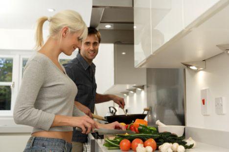 Yanlış 3: Ev işi yapmamızdan çok hoşlanırlar  Erkekler aslında yemek yapmanızı isterler fakat sürekli ev işleriyle uğraşan bir kadınla birlikte olmayı da tercih etmezler. Onlar için önemli olan düşünüldüklerini görmek ve tabii biraz da poh pohlanmaktır.