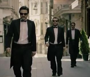 İşler Güçler Sıcak yaz gecelerini şenlendirecek dizilerden biri de İşler Güçler. Selçuk Aydemir'in senaryosunu yazıp yönettiği dizide Ahmet Kural, Murat Cemcir ve Sadi Celal Cengiz rol alıyor.   Dizi, Star TV'de ekrana gelecek.