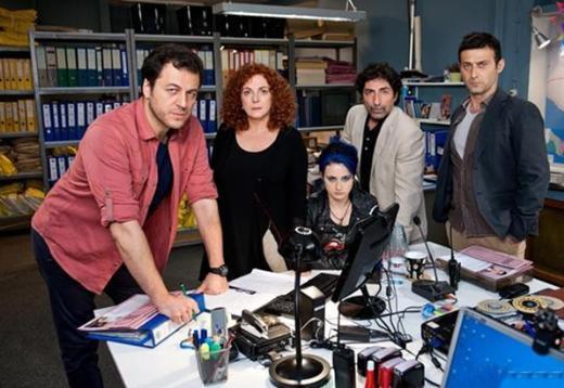 Çıplak Gerçek Yönetmenliğini Ümit Ünal'ın üstlendiği dizinin kadrosunda Yetkin Dikinciler, Derya Alabolara, Mustafa Uğurlu, İdil Fırat, Cem Bender, Ender Akakçe gibi oyuncular var.