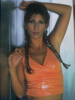 2000 yılında ilk albümü 'Senden İbaret'i çıkardı. Ardından Hande Yener Extra ve Sen Yoluna Ben Yoluma albümlerini çıkaran Hande Yener, başarı grafiği yükseldi