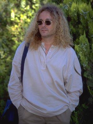 Burada, yedi yıl boyunca bas gitaristlik, vokalistlik ve solistlik yaptı. Orkestranın dağılmasının ardından bir süre vokalist olarak çalıştı. İlk önemli çıkışını 1991 yılıda Onno Tunç ile çalıştığı Gir Kanıma isimle albümle yaptı. Bunu En Büyük Aşk ve Yanımda Kal adlı albümleri takip etti.