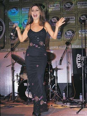 İzel, müzik dünyasında Ercan Saatçi, ve Çelik Erişçi ile kurdukları İzel-Ercan-Çelik grubu ile tanındı. 1992 yılında üçlünün çıkardığı 'Özledim' albümü yılın en çok satan çalışması oldu.