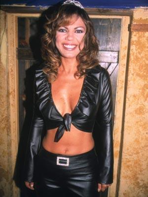 İzel, 1993 yılında 'Kuşadası Altın Güvercin Müzik Yarışması'nda birinci olduktan sonra yoluna yalnız devam etti ve ilk solo albümü Adak'ı çıkardı. Sonraki yıllarda gelen albümleriyle , özellikle de Çelik imzası taşıyan Kızımız Olacaktı şarkısı ile hayran kitlesi bir hayli arttı.