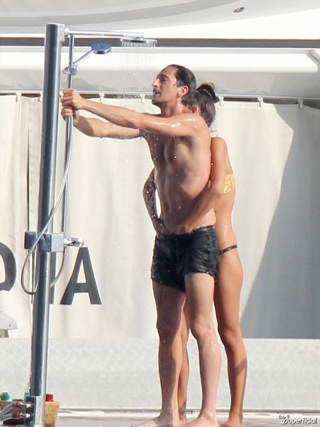 Oscarlı aktör Adrien Brody  ve sevgilisi Lara Lieto Fransa'da tatilin tadını çıkarıyor.
