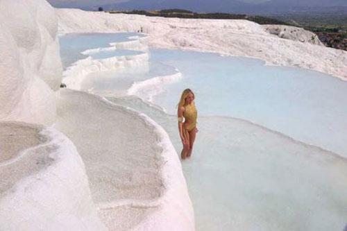 Gördüğü manzara karşısında hayranlığı gizleyemeyen Candice Swanepoel, Pamukkale'nin şifalı sularına kendini bırakıp keyif yaptı.