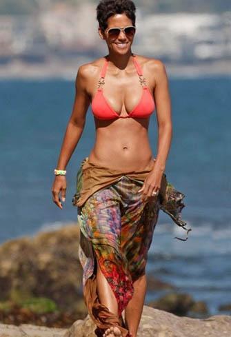 Ama Berry bikinisini giydiğinde 45 yaşında olmasına rağmen ne kadar kusursuz bir görüntüsü olduğunu gözler önüne seriyor.
