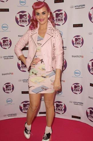 Katy Perry, rengarenk giysiler içinde kıvrımlarını saklıyor bazen.
