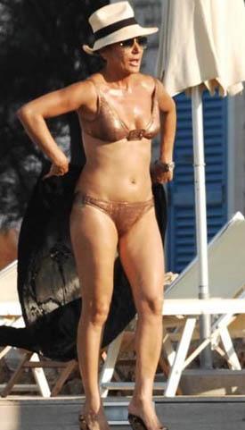 Ama bikinisiyle görenleri kelimenin tam anlamıyla şoke ediyor. Çünkü bir çok yaşıtından çok daha düzgün bir görünüme sahip.