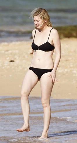 Bunu bilmek bile onu bikiniyle görenlerin teninin beyazlığı karşısında şaşırmasını engellemiyor.