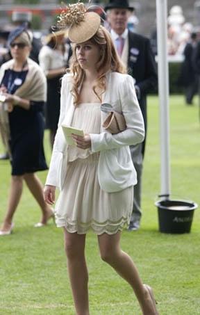 Prenses Beatrice, elbiseleriyle genellikle kusursuza yakın bir görüntü sergiliyor.