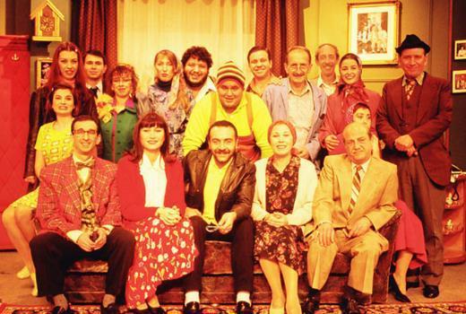 TV TARİHİNİN EN KOMİK DİZİLERİNDEN  Yılmaz Erdoğan'ın imzasını taşıyan Bir Demet Tiyatro, yıllarca seyirciyi ekran karşısına 'çiviledi' deyim yerindeyse. Her karakteri başlı başına bir dizi yapılacak kadar renkliydi. İşte dizide öne çıkan yan karakterlerden bazıları.