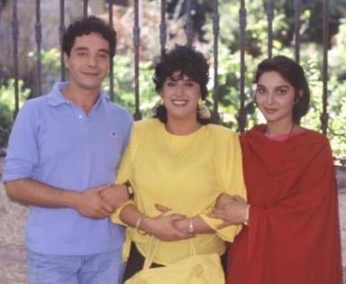 BU MAHALLEDE YAŞAR PERİHAN ABLA Perran Kutman'ın; oynadığı onca role rağmen bir kaç kuşak tarafından Perihan Abla adıyla hatırlanmasına neden olan dizi 80'lerin en çok izlenen yapımlarından biriydi.