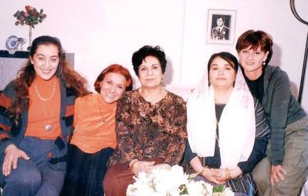 Her ikisi de deneyimli oyuncular ama Beyhan Saran 'Ferhunde' bir süre önce hayata veda eden eşi Baykal Saran da Behzat olarak hatırlandı hep.