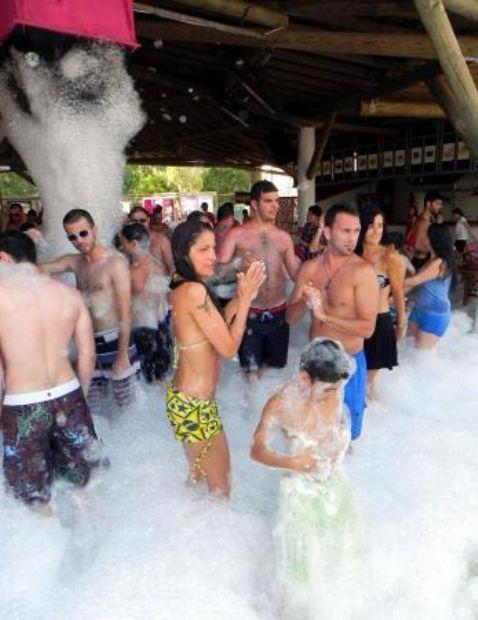Hava sıcaklığının güneşte 44, deniz suyu sıcaklığının 23 derece olarak ölçüldüğü Bodrum'da, sahiller ve beach clublar dolup taştı.