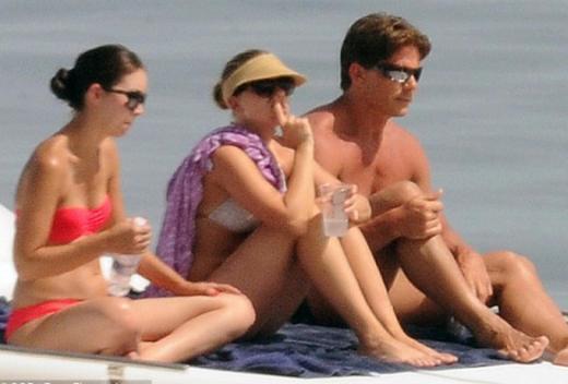 Bütün günü beyaz bikinisiyle geçiren Johansson'a bir grup kız ve erkek arkadaşı eşlik etti.