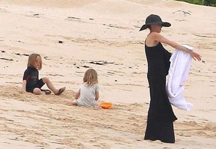 Jolie, The Tourist filminden elde ettiği 18.9 milyon dolarlık gelir elde etti.