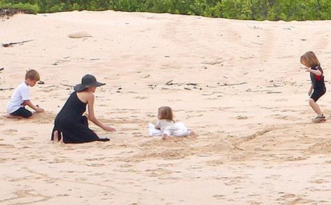 Jolie nişanlısı Brad Pitt ve altı çocuğuyla birlikte lüks bir tatil yaptı.