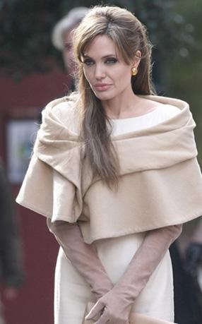Jolie, The Turist filminden bir servet kazandı. Ama film eleştirmenler tarafından çok beğenilmedi.