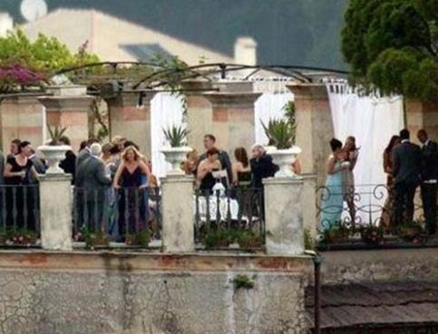Coleen Rooney'in 350 bin Euro değerinde bir gelinlik giydiği nikahın ardından La Cervara Manastırında eğlence devam etti.
