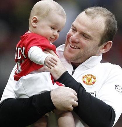 Yeşil sahaların yıldızlarından Wayne Rooney de aldığı Noel hediyesiyle hem minik oğlu Kai'yi mutluluktan çılgına çevirdi, hem de çok konuşuldu.