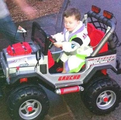 Wayne Rooney ve eşi Coleen, Kai'ye 500 Sterlin değerinde revize edilmiş bir oyuncak jip hediye etti.