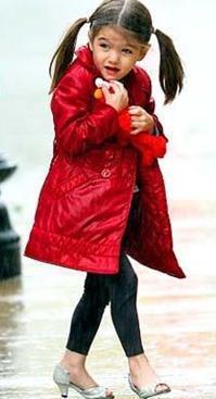 Minik Suri daha şimdiden dünyanın stil ikonlarından biri olarak kabul ediliyor. Küçük kızın gardrobunun değeri 3 milyon doların üzerinde. Glamour dergisinin hazırladığı dünyanın en iyi giyinen kadınları listesinde 21'nci sırada yer alan Suri'nin 150 bin dolar değerinde ayakkabı koleksiyonu var.