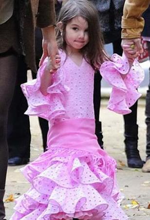 Küçük kız sadece ünlü modacıların tasarımlarını giyiyor.