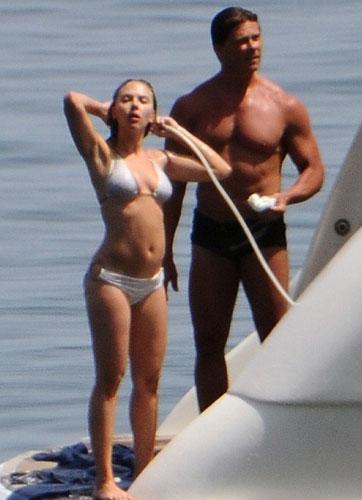 Haute Couture Moda Haftası için Sicilya'da bulunan ABD'li oyuncu Scarlett Johansson, bir teknede görüntülendi.