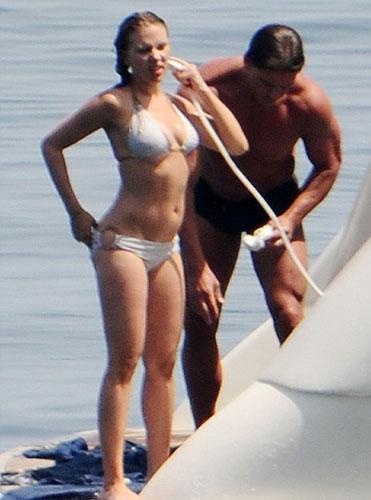 Tekne sefasında Johansson'a hemen yanıbaşındaki  esrarengiz adam merak konusu oldu.