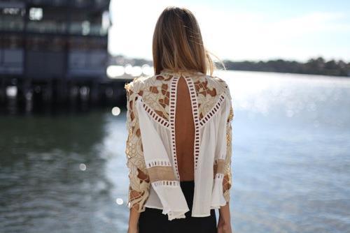 Hem dantel işlemeli hem de sırt dekolteli bu beyaz bluzle yazdan kalma bir görüntü elde edeceksiniz.