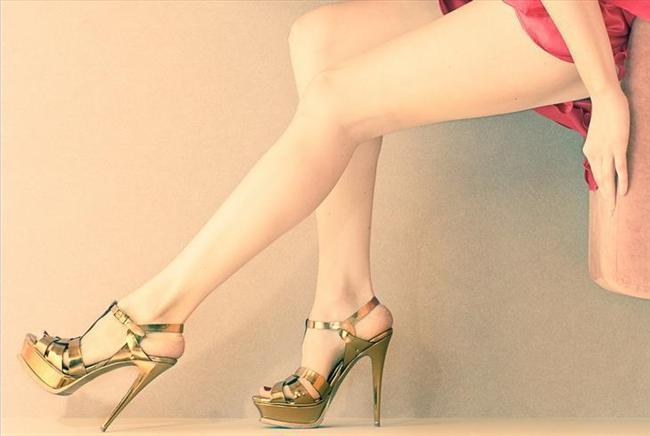 Dore renk olan bu ayakkabıyı özel bir günde şık elbiseyle kullanabilirsiniz.