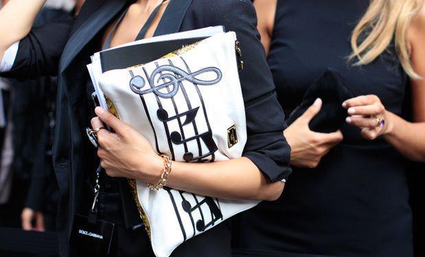 Sol anahtarı ve notalardan oluşan bu farklı tarzdaki portföy çantayı siyah platform topuklu bir ayakkabıyla kombinleyebilirsiniz.