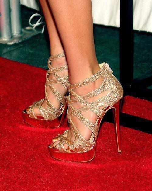 Altın rengi pullarla süslenmiş bu ayakkabıyı, tek renk sade bir çantayla bir davete giderken kullanabilirsiniz.