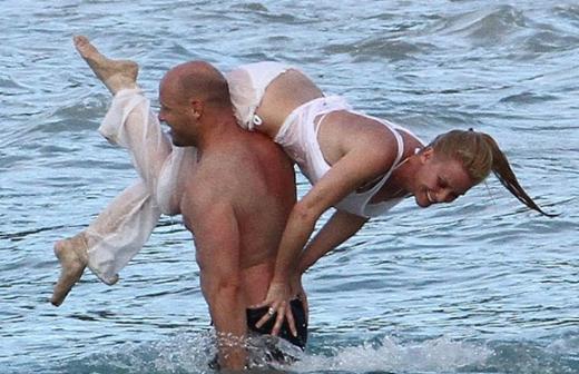 Sheridan güneşlenip yüzmenin yanısıra sahilde sporunu yapmayı da ihmal etmedi.