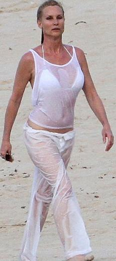 Sebep ne olursa olsun Nicollette Sheridan kuşağının en iyi görünen, kumsalda havlulara sarınmadan rahatça dolaşan temsilcilerinden biri.