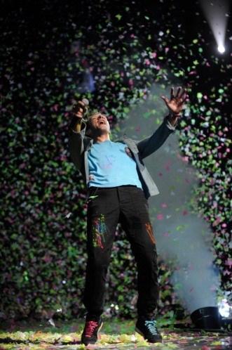 Titiz halleriyle bilinen Coldplay sahne arkasında 6 paket sigara istiyor.