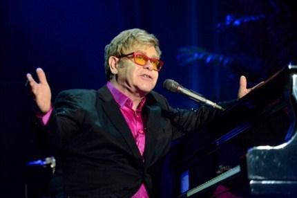 Sir Elton John sahne arkasında bolca menekşe ve 74 adet havlu istiyor. Neden 74 olduğunu biz de anlayamadık.