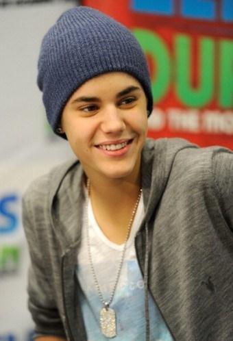 Gençlerin kahramanı Justin Bieber sahne arkasında bolca beyaz çorap, atlet ve t-shirt istiyor.