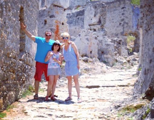 Berna Laçin eşi ve kızıyla Kayaköy gezisinde.
