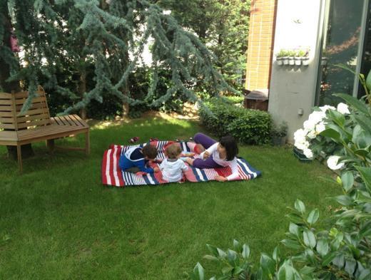 Bu da Laçin'in objektifinden bahçe partisi. Kızı Ada ve arkadaşları.