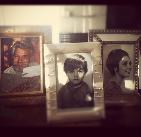Gülben Ergen sık sık aile fotoğraflarını paylaşıyor. Özellikle de çocuklarınınkini..  Ergen'in annesi ve babasının gençlik fotoğrafları. Öndeki fotoğraftaki çocuk da Gülben Ergen.